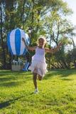 Das Mädchen springend mit Seilspringen Baum auf dem Gebiet Methode in der Stadt Lizenzfreie Stockfotografie