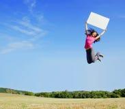 Das Mädchen springend mit Zeichen Stockfotos