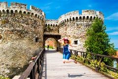 Das Mädchen springend nahe Schloss Belgrads Serbien Stockfotografie
