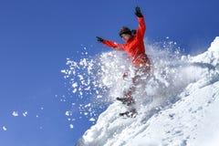 Das Mädchen springt in eine Schneewehe lizenzfreie stockfotos