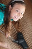 Das Mädchen Staub saugt den Teppich Lizenzfreie Stockbilder