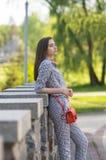 Das Mädchen steht auf der Brücke Stockfotografie