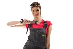 Das Mädchen steht mit einem Schlüssel Lizenzfreie Stockfotografie