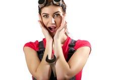 Das Mädchen steht mit einem Schlüssel Lizenzfreie Stockfotos