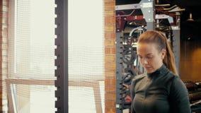 Das Mädchen strebt innen Sport an Das Mädchen tut Übungen auf Beinen oder bezahlt stock video
