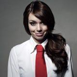 Das Mädchen trägt ein weißes Hemd und eine rote Bindung Stockfoto