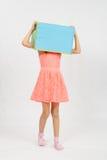 Das Mädchen trug einen Kasten auf seinem Kopf Stockfotografie
