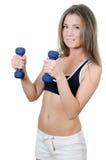 Das Mädchen tut Übungen mit Dumbbells Lizenzfreies Stockfoto