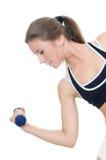 Das Mädchen tut Übungen mit Dumbbells Stockbild