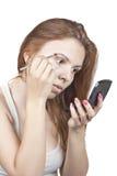 Das Mädchen tut Make-up Stockfotos