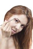 Das Mädchen tut Make-up Lizenzfreie Stockfotos