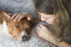 Das Mädchen umarmt den basenji Hund lizenzfreies stockbild