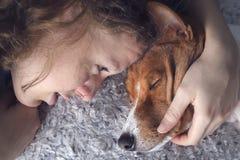 Das Mädchen umarmt den basenji Hund stockbilder