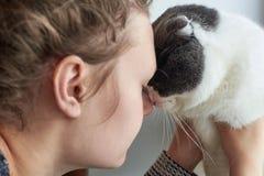 Das Mädchen umarmt ihre Katze, Nahaufnahme, das Thema der Freundschaft mit Haustieren stockbild