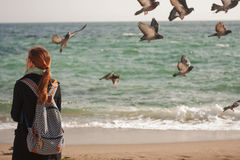 Das Mädchen und das Meer Lizenzfreie Stockfotos