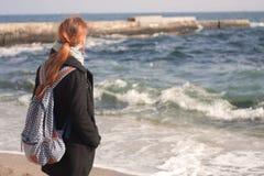 Das Mädchen und das Meer Stockfotos