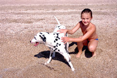 Das Mädchen und der Hund. Lizenzfreie Stockbilder