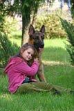 Das Mädchen und der Schäferhund Lizenzfreie Stockbilder