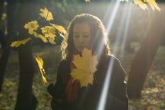 Das Mädchen und die Blätter lizenzfreies stockbild