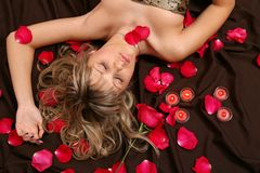Das Mädchen und die Blumenblätter Lizenzfreies Stockfoto