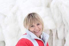 Das Mädchen und die gefrorene Seewelle Lizenzfreie Stockbilder