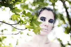 Das Mädchen und die grünen Blätter. Sommer Landschaft Stockfotos