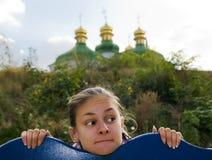 Das Mädchen und die Kirche. Lizenzfreie Stockfotos