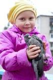 Das Mädchen und die Taube. Lizenzfreies Stockfoto