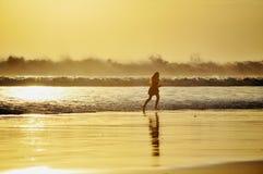 Das Mädchen und die Wellen Lizenzfreie Stockfotografie