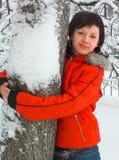 Das Mädchen und ein Baum stockbilder
