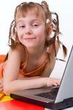 Das Mädchen und ein Computer Stockbilder