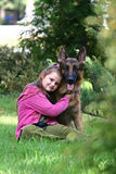 Das Mädchen und ein Schäferhund Lizenzfreies Stockbild