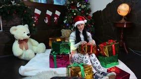 Das Mädchen unter Weihnachtsgeschenken stock video footage