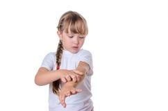 Das Mädchen verkratzt eine Hand Lizenzfreie Stockfotos