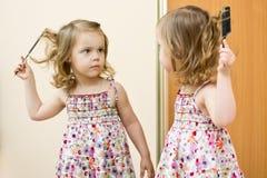 Das Mädchen vor einem Spiegel stockfoto