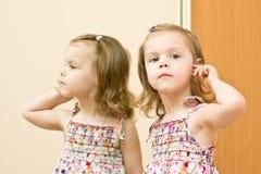 Das Mädchen vor einem Spiegel lizenzfreie stockfotografie