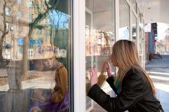 Das Mädchen vor einem Zeigenfenster Lizenzfreie Stockbilder