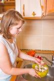 Das Mädchen wäscht Pilze Stockfoto