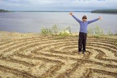 Das Mädchen war im Labyrinth auf den Banken des Flusses Stockfotos