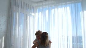Das Mädchen wirft den Jungen und umarmt ihn Mutter ist mit ihrem Sohn glücklich stock video
