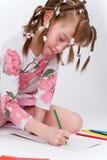 Das Mädchen zeichnet stockfotografie