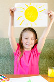 Das Mädchen zeichnet die Sonne Lizenzfreie Stockfotografie
