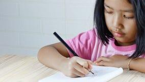Das Mädchen zeichnet glücklich stock footage