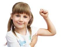 Das Mädchen zeigt den zweiköpfigen Muskel Stockfotos