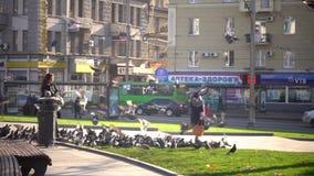 Das Mädchen zieht die Vögel ein Ukraine am 17. November 2017 stock footage