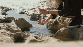 Das Mädchenbad ihre Hände in das Wasser auf der Küste des Meeres stock footage