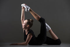Das Mädchenhandeln biegt akrobatische Übung zurück Stockfotos