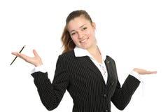 Das Mädchenlächeln, in den Händen hält einen mechanischen Bleistift an Stockfoto