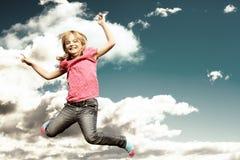 Das Mädchenspringen Stockfotos
