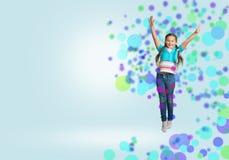 Das Mädchenspringen stockfoto